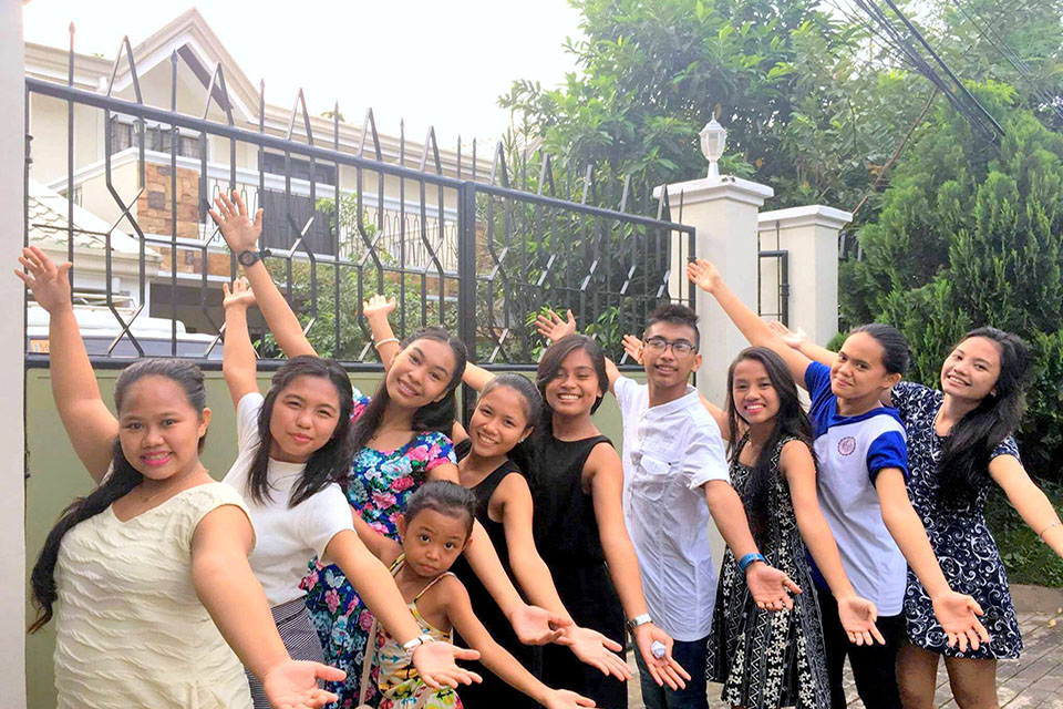 SOl girls with new house1